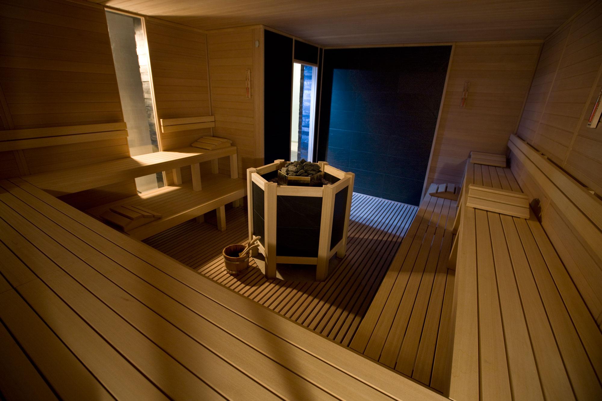 Sauna con parete in pietra